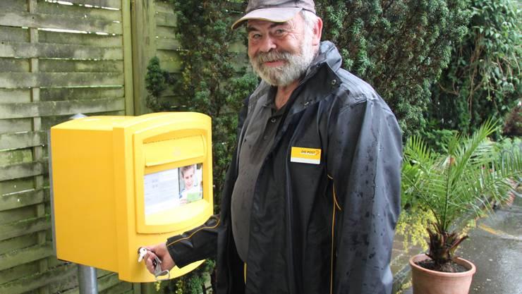 Urs Kohler leert zum letzten Mal den Briefkasten auf dem Herrenberg. Heute hat es nur einen Brief drin.