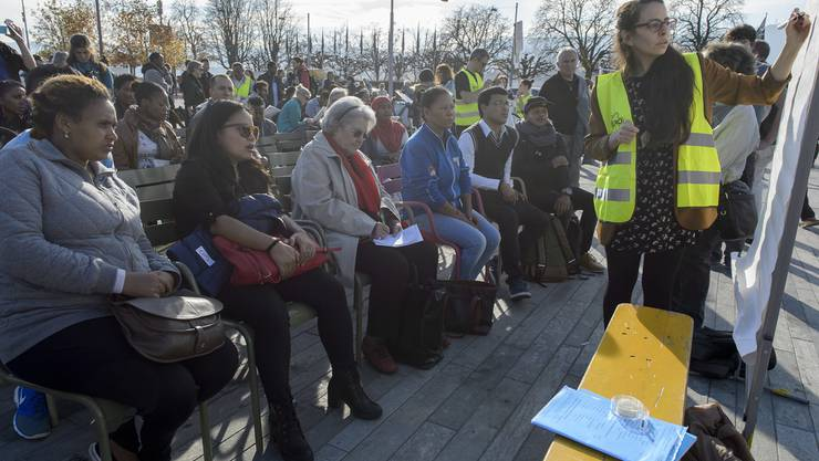 Menschen nehmen an einem kostenlosen Deutschkurs teil, um gegen die Schliessung der Autonomen Schule Zuerich zu protestieren