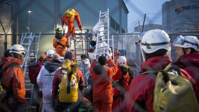 Greenpeace-Aktivisten überwanden im April 2014 den Schutzzaun des Kernkraftwerks Beznau und forderten die sofortige Stilllegung der Anlage. Foto: Michael Würtenberg/Ex-Press