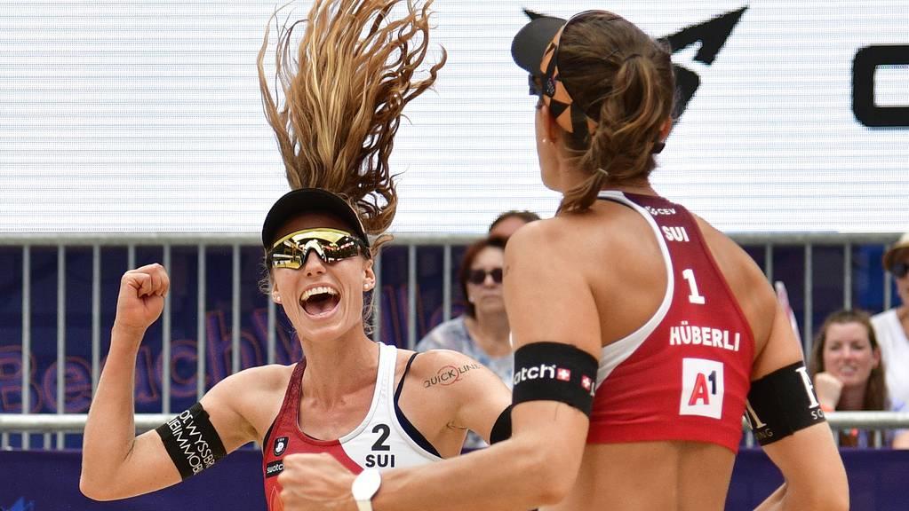 Nina Betschart (links) und Tanja Hüberli holen den EM-Titel: Sie besiegen zuerst das deutsche Duo Julia Sude/Karla Borger im Halbfinal und anschliessend die Niederländerinnen Katja Stam/Raïsa Schoon im Endspiel.