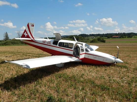 Lommis TG, 14. August: Ein 62-jähriger Pilot ist kurz nach dem Start vom Flugplatz in Schwierigkeiten geraten und musste notlanden. Er und sein Passagier blieben dabei unverletzt.
