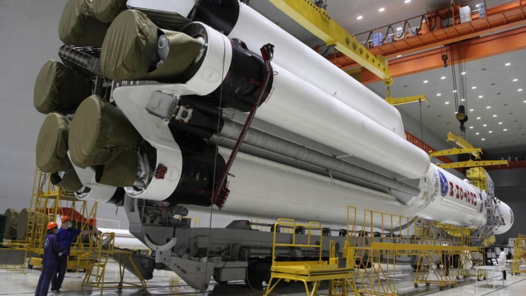 Die russische Proton-M Trägerrakete mit dem Nauka-Modul während der Montage. Heute Abend soll's losgehn zur ISS (Archivbild)