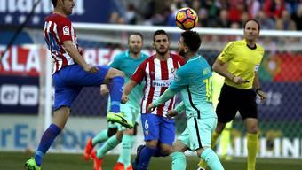 Barcelonas Siegtorschütze Lionel Messi im Duell mit der Atletico-Abwehr