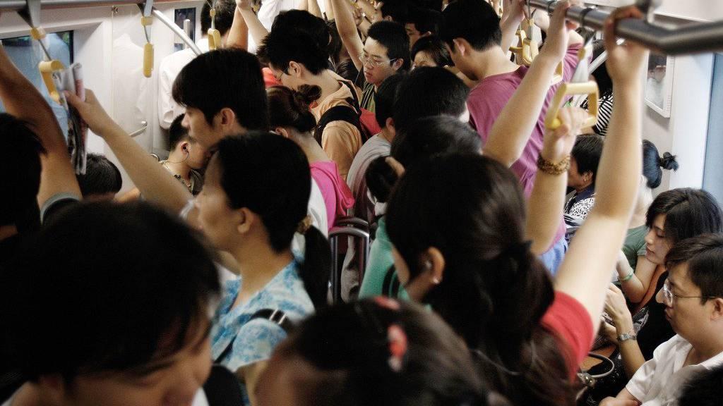 Normalerweise gibt es in der Pekinger Metro keinen Platz für Heiratsanträge.  (AP Photo/Andy Wong/KEYSTONE)