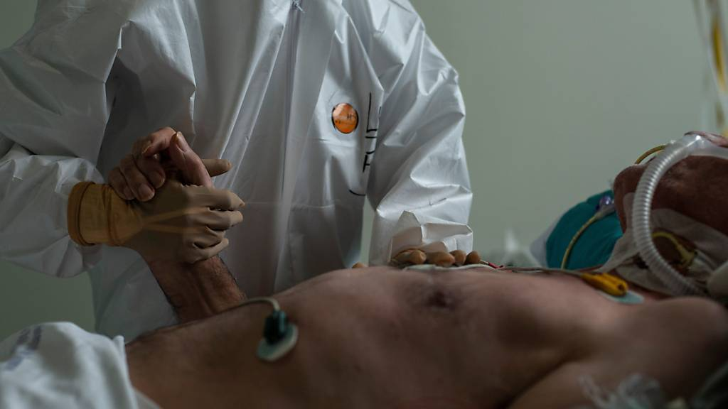 Jeder zweite Corona-Spitalpatient leidet einer Studie zufolge auch ein Jahr nach der Erkrankung noch an Langzeitfolgen wie etwa Kurzatmigkeit. (Symbolbild)