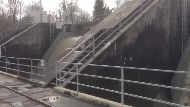 Wasser fällt beim Wasserkraftwerk in Flumenthal über das Stauwehr