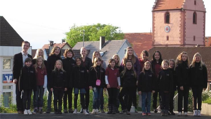 Vor einer Kirche in Bruggs deutscher Partnerstadt Rottweil posiert die Mädchenkantorei mit ihrem Kantor Wolfgang Weis (links).