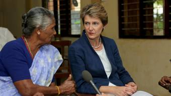 Bundesrätin Simonetta Sommaruga während ihres Besuches in einem Frauenhaus in Jaffna im Norden von Sri Lanka.