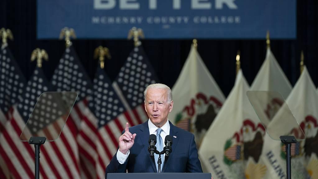 Joe Biden, Präsident der USA, hält eine Rede über Infrastrukturausgaben am McHenry County College.