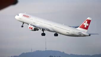 Ein Airbus A321-111 der Swiss (Bild) musste am Donnerstagabend auf dem Weg von Barcelona nach Zürich in Marseille zwischenlanden. Grund war ein verdächtiger Geruch im Cockpit und in der Kabine. (Archiv)