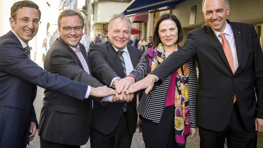 Die Walliser SVP will wegen Fällen von mutmasslichem Wahlbetrug die für heute Montag geplante Vereidigung der neuen Walliser Kantonsregierung vertagen.