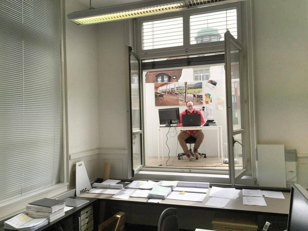 Roy Aggeler grüsst durchs Fenster von seinem fliegenden Büro.