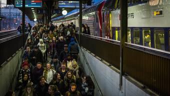 Der Bahnhof Lenzburg ist schon heute mit 25 000 Ein- und Einsteigern pro Tag überlastet. Sein Ausbau dauert bis mindestens Ende 2028.
