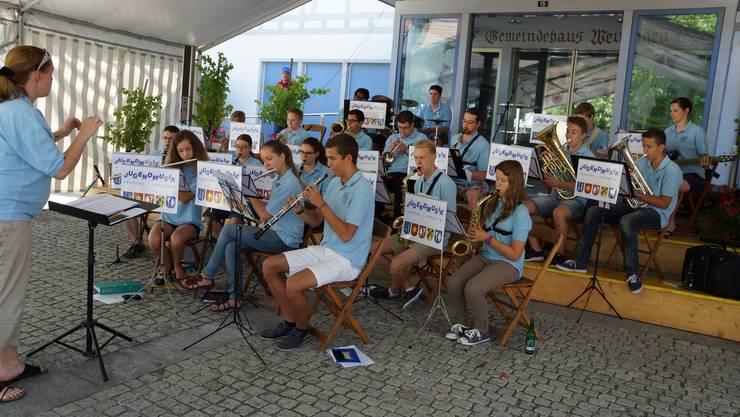 Platzkonzert mit der Jugendmusik rechtes Limmattal unter der Leitung von Mirjam Loeliger