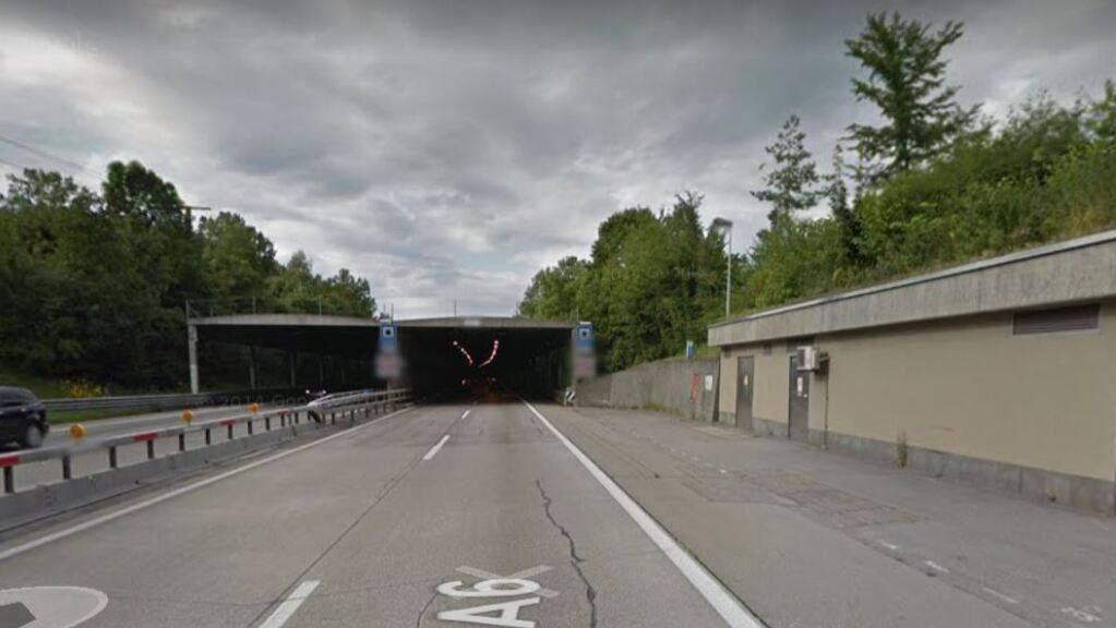 Beim Portal des Thuner Allmendtunnels ist am Dienstagabend ein Autofahrer gegen die Stützmauer geprallt.