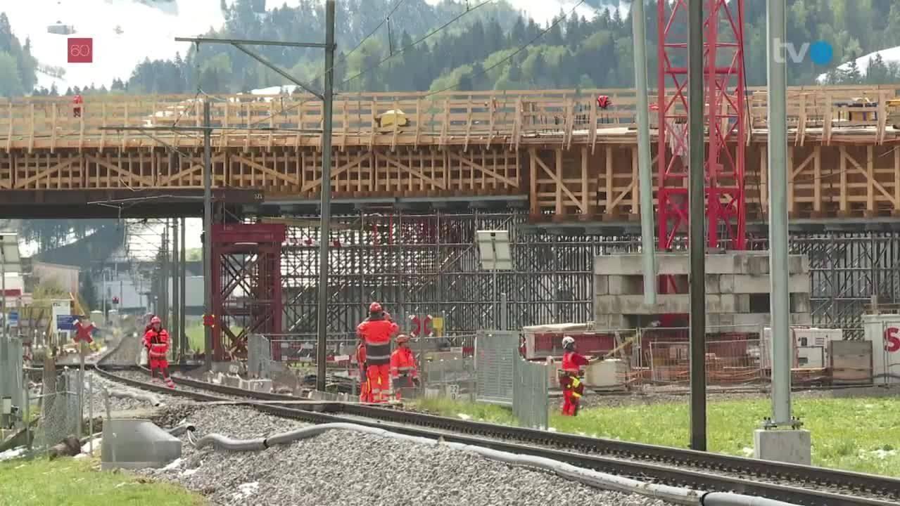 Die Masten werden per Helikopter zur Baustelle geflogen.