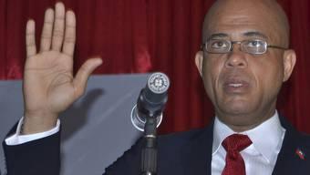 Die Hand zum Schwur erhoben: Haitis vereidigter Präsident Martelly