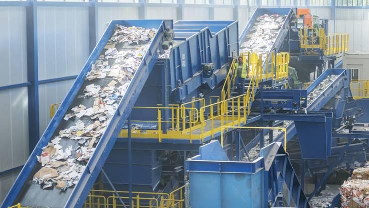 Diese Maschine soll ab sofort 70'000 Tonnen Altpapier pro Jahr sortieren. Sie steht in einer Fabrikhalle in Bern-Wankdorf.
