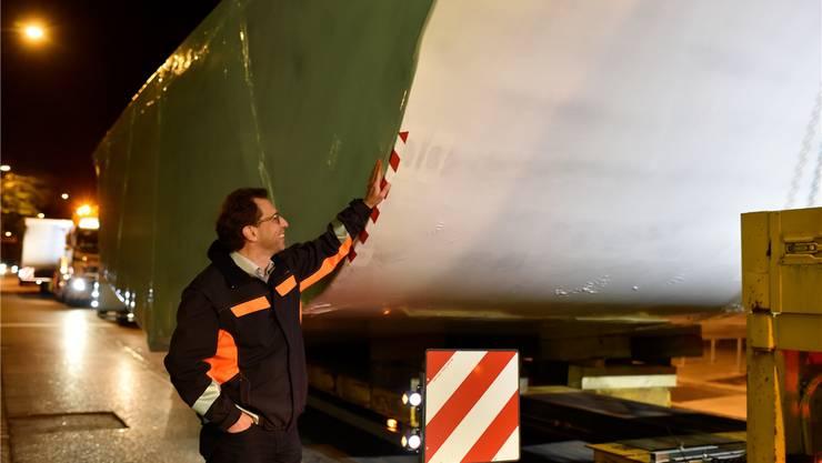 Martin Zemp begleitet Rumpfteile auf dem Weg zum Zürichsee. Manuela Matt
