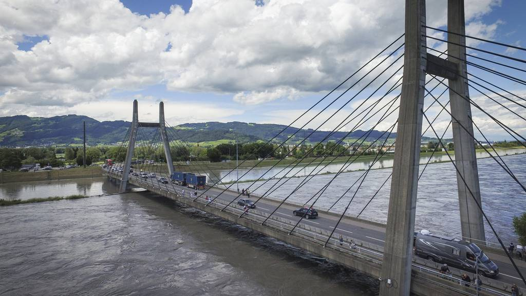 Die Lage im Rhein wird laufend überwacht. (Archivbild)