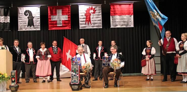 Der zurücktretende Präsident Edwin Meister (sitzend links) wurde zum Ehrenmitglied ernannt. Fritz Baumgartner (sitzend rechts) erhielt eine Verbandsscheibe für seinen Einsatz als Musikkomitee-Präsident.
