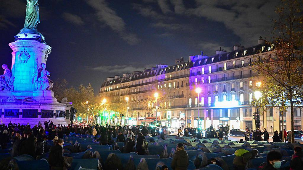 Migranten und Vertreter von Migrantenorganisationen stellen Zelte auf dem Place de la République auf. Foto: Martin Bureau/AFP/dpa