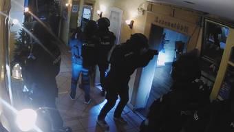 Ein Mann meldete der Kantonspolizei Solothurn eine Geiselnahme mit mehreren Toten in Oensingen (SO). Die Polizei rückte mit einem Grossaufgebot und Spezialeinheiten aus und durchsuchte das Gebäude.
