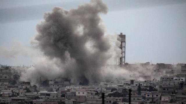 Rauch nach einem Luftangriff auf ein syrisches Dorf (Symbolbild)