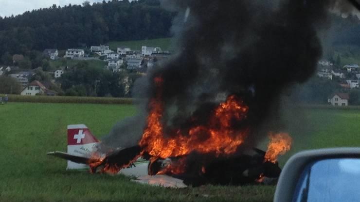 EIn Sportflugzeug stürzt am Sonntag kurz nach 12 Uhr an der Gemeindegrenze von Kölliken und Muhen ab.