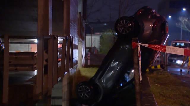 Auto stürzt 8 Meter aus Parkhaus