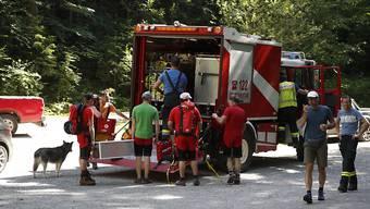 Rettungskräfte bereiten sich auf dem Weg zur Unfallstelle an der Bärenklamm vor. Bei einem Felssturz in der Klamm sind nach Angaben der Bergrettung mindestens zwei Menschen getötet worden. Foto: Erwin Scheriau/APA/dpa