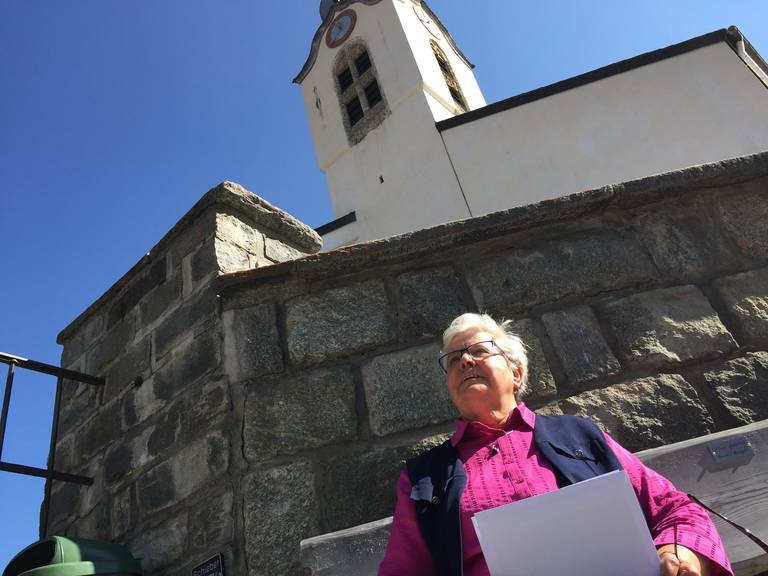 Florentina Camartin vor der Kirche in Brigels