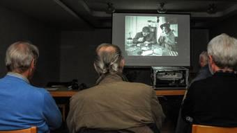 Klubmitglieder betrachten den neuen Film, von dem es auch eine spezielle 16-mm-Version gibt. Toni Widmer