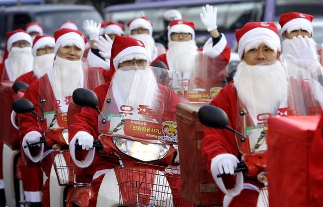 Südkorea ist das einzige ostasiatische Land, das Weihnachten als Feiertag anerkennt. Hier düsen die Weihnachtsmänner schon einmal auf Rollern an.