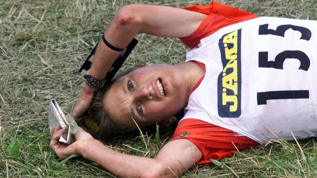 Simone Luder, wie sie damals mit Mädchenname hiess, liegt nach dem Goldlauf in Tampere erschöpft am Boden.
