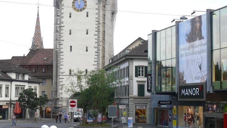 Vor der Einweihung: Der neue Schlossbergplatz mit Stadtturm. (Andreas Tschopp)