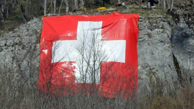 Die Stiftung Landschaftsschutz Schweiz stört sich an der 8 mal 8 Meter grossen Schweizer Fahne am Born.