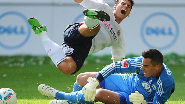 Diego Benaglio, hier gegen Bayerns Gomez, ist beim VfL Wolfsburg im Tor gesetzt.