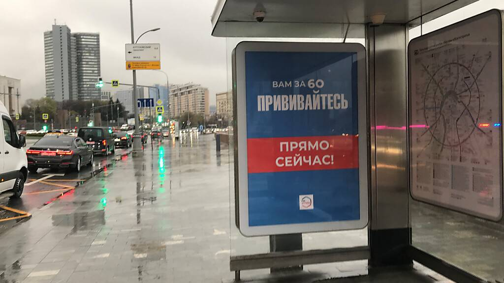 Ein Impfaufruf an einer Bushaltestelle, auf dem Plakat steht «Wenn Sie über 60 sind, lassen Sie sich impfen. Gleich jetzt!». Foto: Ulf Mauder/dpa