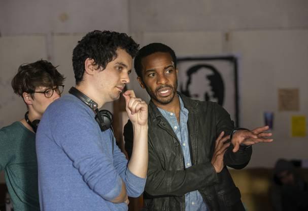 Regisseur Damien Chazelle (links) mit Hauptdarsteller Andre Holland am Set von «The Eddy».