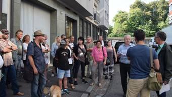 Der Sprecher der Werkstatt Jobshop, Peter Meier (3. von rechts), fordert vor der Versammlung die Wiedereröffnung der Werkstatt.