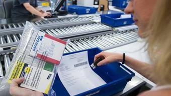 Eine Mitarbeiterin der Versandapotheke zur Rose kontrolliert eine Sendung (Archiv)