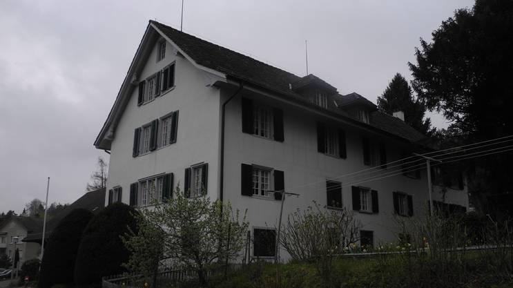 Die Weid ist bekannt als Sitz des Unterengstringer Ortsmuseums. Dieses ist seit 1980 dort beheimatet. Wann genau das Gebäude erstellt wird, ist nicht bekannt. Aufgrund von Dokumenten ist anzunehmen, dass ein Hausbau zwischen 1711 und 1732 erfolgt. Wahrscheinlich um 1780 wird das Gebäude umgebaut und erweitert. Das Land gehört seit Mitte des 17. Jahrhunderts der Familie Schneeberger. Erster Besitzer ist wohl Landvogt Hans Ludwig Schneeberger. Dessen Nachkommen heiraten Mitglieder der Familie Meyer von Knonau, den Gerichtsherren von Weiningen. Enge Bande besteht auch zur Familie Hottinger, den Besitzern des Sparrenbergs. So ertrinkt der Rittmeister Hans Georg Schneeberger 1667 zusammen mit dem Orientalisten Johann Heinrich Hottinger in der Limmat, als sie sich von Zürich aus auf dem Weg nach Unterengstringen befinden. Die geht infolge des Todes des Rittmeisters an dessen Sohn über, der ebenfalls Hans Georg heisst. Er ist mit Barbara von Ulm verheiratet, stirbt aber bereits 1694 im Alter von 34 Jahren an Schwindsucht. Seine Witwe heiratet erneut – den Chorherren am Grossmünster Johannes Werdmüller. Barbara Werdmüller von Ulm, wie sie nun heisst, ist wohl die Bauherrin des Hauses in der Weid. Ihre Tochter aus erster Ehe, Cleophera Schneeberger, wird Erbin der Weid. Sie heiratet Philipp Heinrich Werdmüller, der durch seine Mutter ein Stiefverwandter der Besitzer des Sparrenbergs ist. Ihr Sohn, Philipp Heinrich Werdmüller, verliert die Weid 1772 durch Konkurs. Neuer Besitzer wird Johan Ludwig Locher, der den Landsitz bereits sieben Jahre später wieder verkauft. Der Kaufmann Hans Caspar Werdmüller auf dem Wolfbach ist neuer Eigentümer. Auch er ist mit der Familie Hottinger verwandt. Unter ihm wird das Haus umgebaut und erweitert. Seine Tochter verkauft die Weid 1825 an Jakob Fierz von Oberstrass. Dieser wiederum veräussert den Landsitz 1837 an Heinrich und Johannes Hug von Weiningen. Durch Tausch geht die Weid 1843 schliesslich an den Unterengstringer Gemeindepräsidenten J