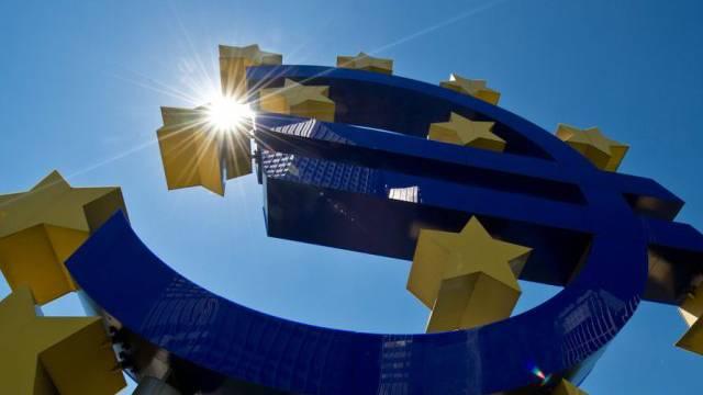 Euro-Zeichen vor der Europäischen Zentralbank in Frankfurt