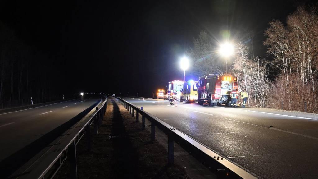 Ein Autofahrer gibt nach einem Selbstunfall bei Weite an, eingeklemmt zu sein. Als die Feuerwehr kommt, kann er plötzlich aus dem Auto aussteigen.