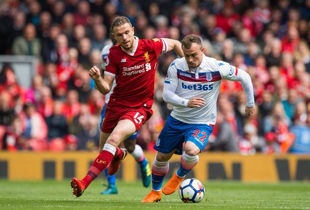 Xherdan Shaqiri im Dress von Stoke City gegen Liverpools Jordan Henderson