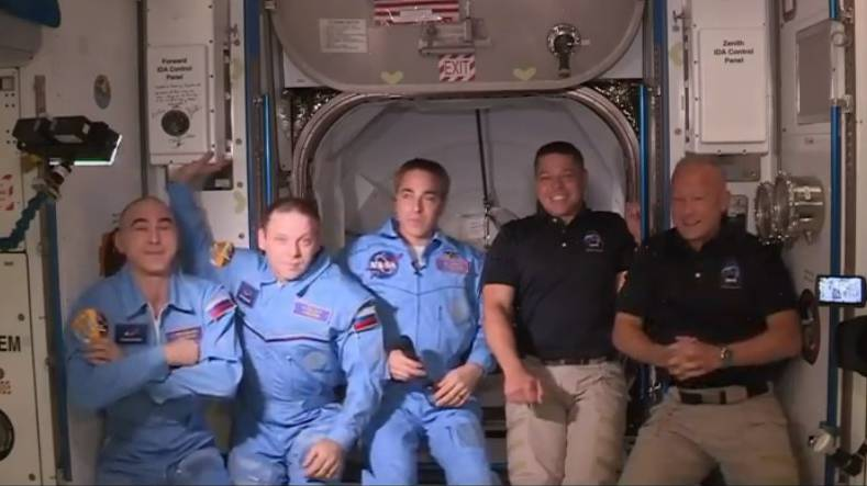 Astronauten gelangen in die ISS-Raumstation