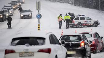 Der starke Schneefall am Donnerstagmorgen hat vielerorts überrascht und ein regelrechtes Verkehrschaos (so wie hier in Lausanne) angerichtet.
