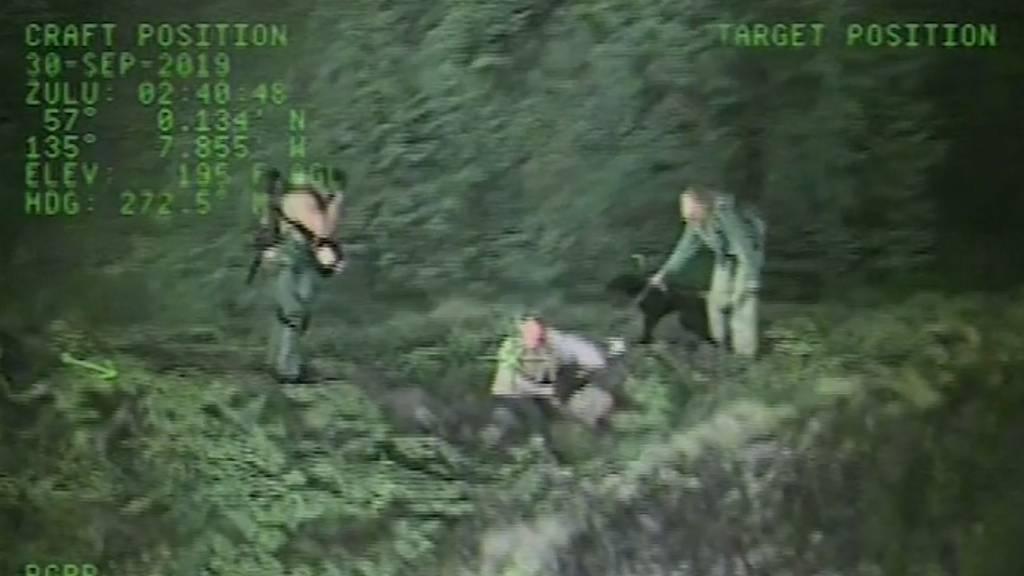 Helikopter rettet Wanderer und ihre Hunde von Bergspitze