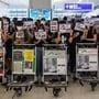 Protestierende blockieren am Dienstag am Hong Kong Chek Lap Kok International Airport den Abflugsektor am Terminal 2.